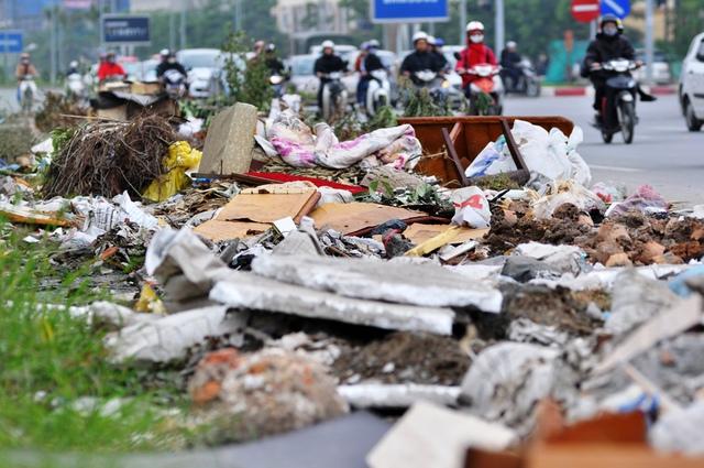 Dọc tuyến đường chưa đầy 2 km này, có đến hàng chục điểm bị đổ trộm phế thải xây dựng và rác sinh hoạt.