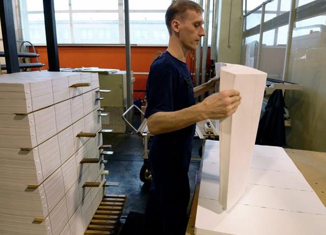 Một nhân viên của nhà máy in Perm, Goznak đang kiểm tra những tờ giấy trắng với công thức chế tạo đặc biệt, được mang đi sử dụng để in thành tiền.