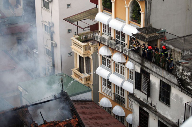 3 căn hộ cơi nới được lợp bằng ngói đã sập xuống trong vụ cháy.