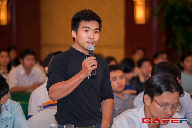 Khán giả đặt câu hỏi giao lưu với diễn giả tại diễn đàn