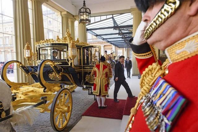 Ông Tập Cận Bình đặt chân tới cung điện Buckingham ngày 20/10 - Ảnh: Reuters.
