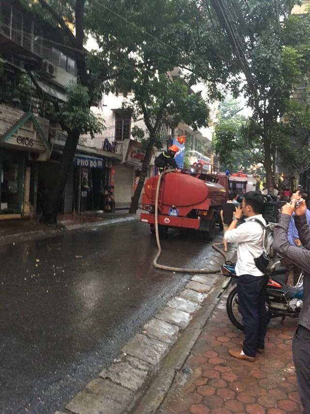 Sau hơn 1 tiếng xảy ra cháy, lực lượng cứu hỏa đã tiếp cận và khoanh vùng được đám cháy.Vụ cháy xảy ra vào giờ tan tầm nên các tuyến phố xung quanh như Bà Triệu, Phố Huế, Quang Trung, Nguyễn Du bị ùn ứ nhẹ.