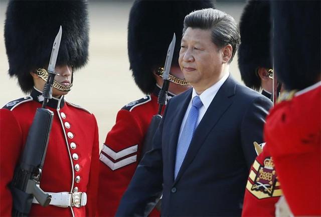 Ông Tập Cận Bình duyệt đội danh dự trong lễ đón chính thức ở London ngày 20/10 - Ảnh: Reuters.
