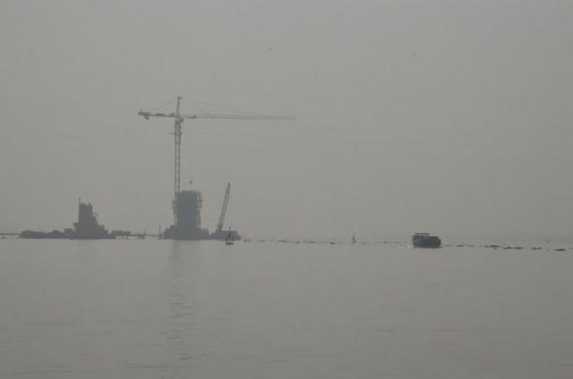 Công trình cầu Cao Lãnh chìm trong mù khô - Ảnh: Ngọc Tài