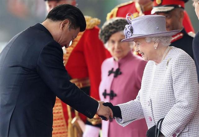 Ông Tập Cận Bình bắt tay nữ hoàng Elizabeth II trong lễ đón chính thức ở London ngày 20/10 - Ảnh: Reuters.