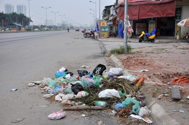 Thực trạng trên đoạn đường này rác thải tràn lan là do ý thức của nhiều người dân khu vực và cả nhiều người đi đường khác.