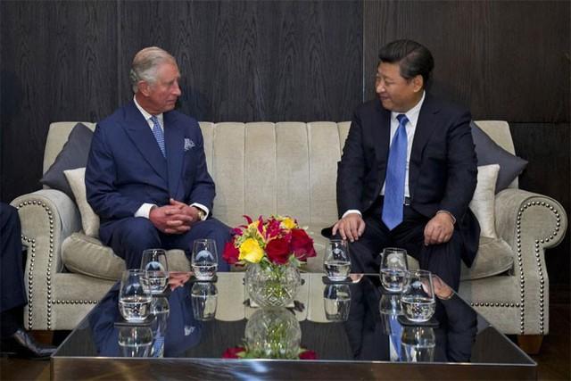 Thái tử Charles của Anh trò chuyện với ông Tập Cận Bình tại khách sạn Mandarin Oriental ở London ngày 20/10 - Ảnh: Reuters.