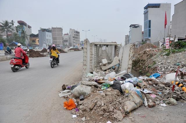 Ngoài rác thải, trên đoạn đường này cũng đang tồn tại những bất cập tiềm ẩn nguy hiểm.