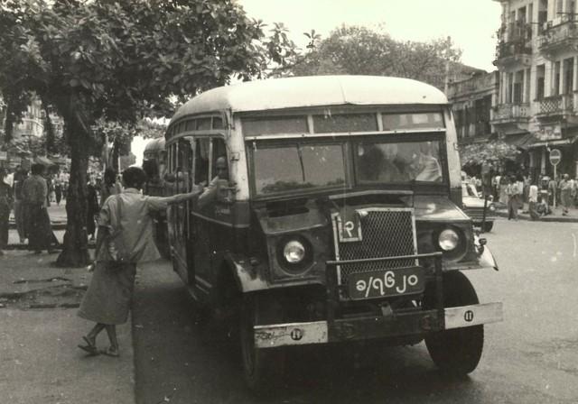 Rangoon (ngày nay là Yangon) năm 1981 giống như một thành phố bị đóng băng. Với những tòa nhà cũ kỹ, vỉa hè bong tróc và xe bus công cộng cổ xưa, ở đây thời gian như ngừng lại