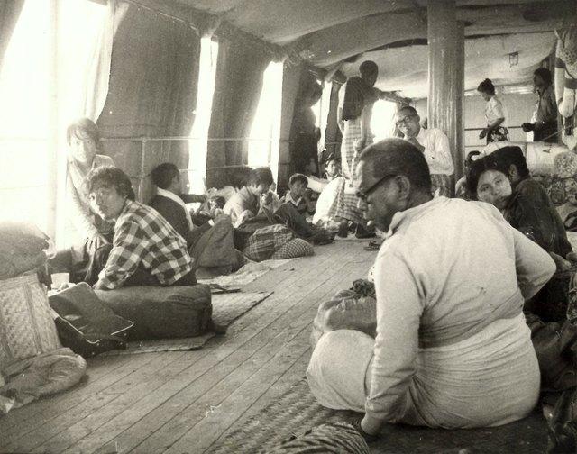 Năm 1981, bạn phải đi thuyền từ Mandalay tới Pagan (Bagan ngày nay). Khách ngồi, nằm ngủ và ăn uống ngay trên sàn tàu trong suốt hành trình kéo dài 12 tiếng, trong cái nóng nực của xứ nhiệt đới