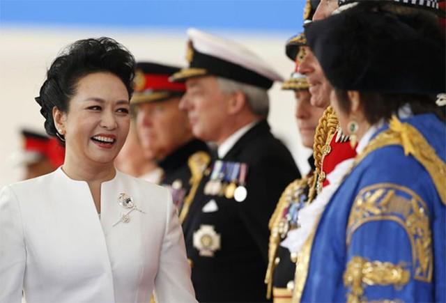 Bà Bành Lệ Viên tươi cười khi gặp các quan chức cấp cao và các nhân vật hoàng gia Anh trong lễ đón chính thức ông Tập Cận Bình tại trung tâm London ngày 20/10 - Ảnh: Reuters.