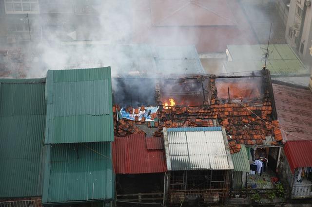 Vụ cháy bùng phát trên tầng 4 của khu tập thể cũ.