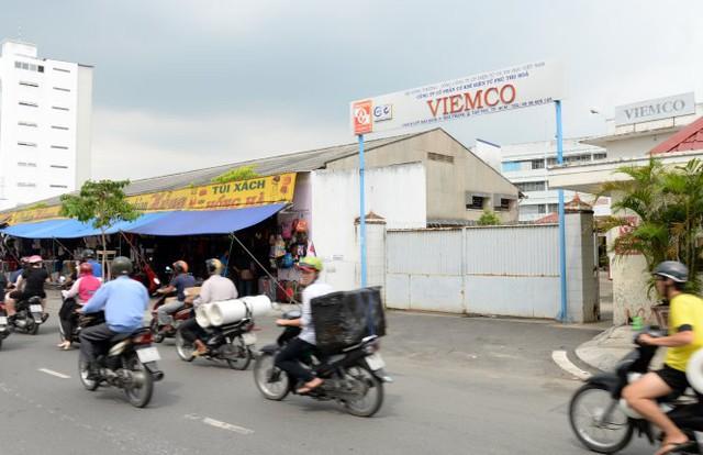 Công ty cổ phần cơ khí điện tử Phú Thọ Hòa Viemco cho người dân thuê mặt bằng trước công ty để bán quần áo trên đường Lũy Bán Bích, Q.Tân Phú (ảnh chụp chiều 21-9)