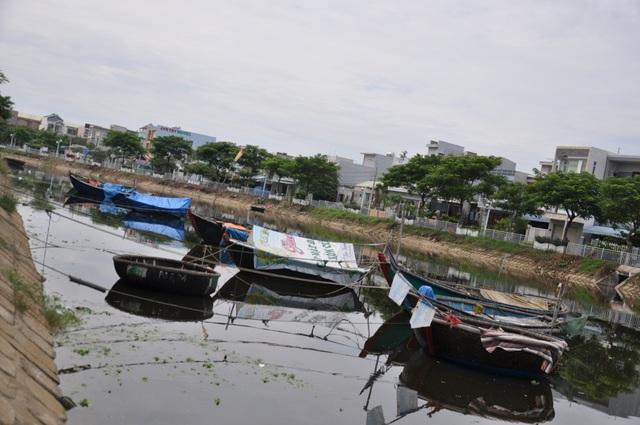 Sông Phú Lộc đổ ra vịnh Đà Nẵng luôn trong tình trạng ô nhiễm, nhất là mùa nắng nóng bốc mùi hôi kinh khủng.