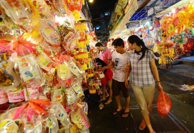 Trên đường Lương Nhữ Học (Q.5, TP.HCM) cửa hàng nào đèn Trung Quốc cũng áp đảo đèn Việt Nam Ảnh: THANH TÙNG