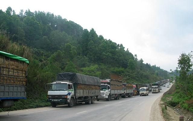 Xe hàng nông sản ùn tắc tại cửa khẩu Tân Thanh, Văn Lãng - Ảnh: Hùng Tráng
