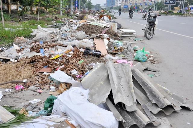 Nhiều điểm phế thải bị tích tụ từ lâu, cao như núi, trở thành bãi rác khổng lồ...