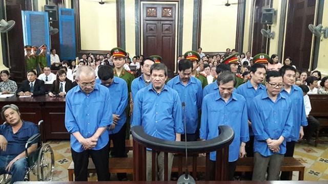 Các bị cáo tại phiên tòa sáng 4-11 - Ảnh: Hoàng Điệp