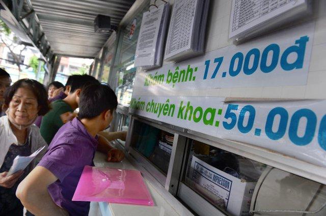 Người dân đóng tiền khám bệnh tại Bệnh viện Bình Dân TP.HCM - Ảnh: Thuận Thắng