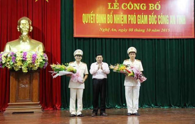 Ông Nguyễn Xuân Đường - Phó bí thư Tỉnh ủy, Chủ tịch UBND tỉnh chúc mừng 2 đồng chí Phó Giám đốc