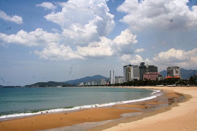 Nha Trang đẹp bởi được thiên nhiên ưu đãi biển xanh, cát trắng trải dài hình vòng cung tuyệt mỹ.