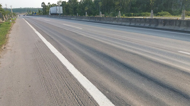 Chỉ sau hơn 1 năm thánh thành, thông xe, tuyến đường được đầu tư hơn 2.400 tỉ đồng đã xuất hiện hiện tượng hằn lún vệt bánh xe - Ảnh: Doãn Hòa