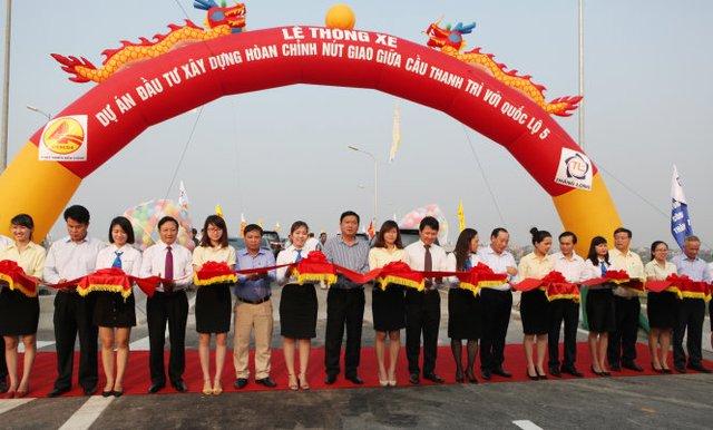 Bộ trưởng Đinh La Thăng cùng các quan khách cắt băng thông xe nút giao thông cầu Thanh Trì – QL 5 được xây dựng hoàn thiện - Ảnh T.Phùng