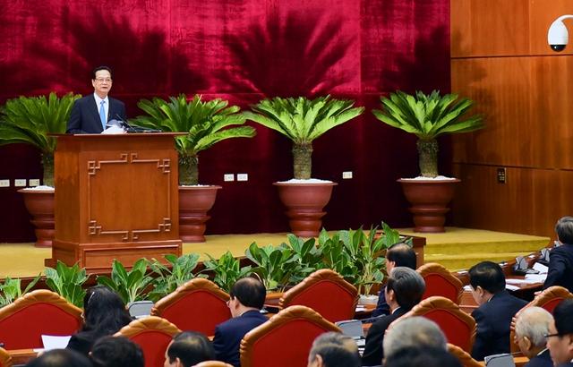 Đồng chí Nguyễn Tấn Dũng, Ủy viên Bộ Chính trị, Thủ tướng Chính phủ đọc Báo cáo tình hình KT-XH. Ảnh: VGP/Nhật Bắc