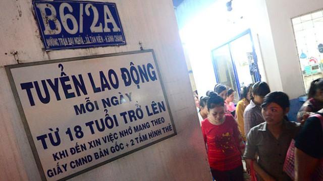Một công ty da giày trên đường Trần Đại Nghĩa, huyện Bình Chánh (TP.HCM) thông báo tuyển dụng lao động ngày 8-10 - Ảnh: Thanh Tùng