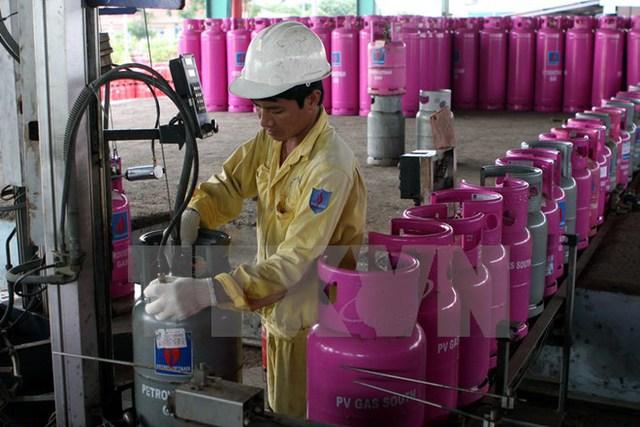 Chiết nạp bình gas ở Công tyKhí hóa lỏngmiền Nam - Tổng kho Cần Thơ. (Ảnh: Hà Thái/TTXVN)