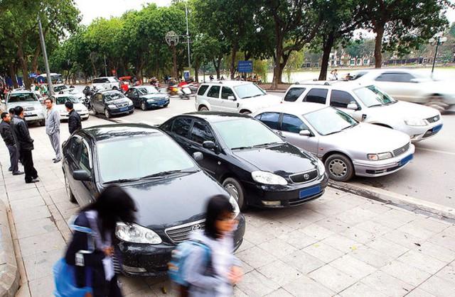 Hàng loạt xe công đỗ trên lề, dưới lòng đường Đinh Tiên Hoàng (Hà Nội) - Ảnh: N.Khánh