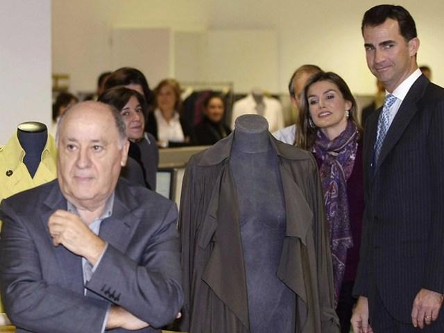 Tỷ phú Amancio Ortega tại một cửa hàng Zara. Ảnh: Reuters.