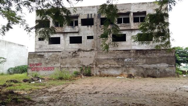Những căn biệt thự xây sẵn gần 10 năm nay vẫn không bán được, hiện đã xuống cấp nghiêm trọng.