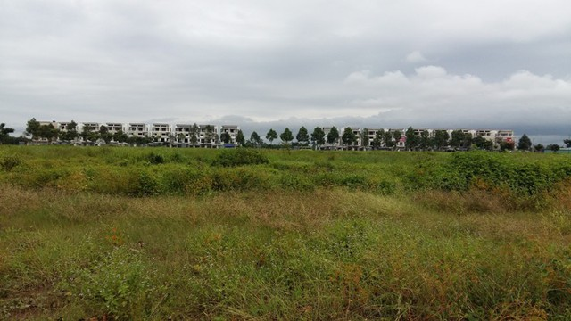 Vị trí này trong tương lai sẽ là khu Trung tâm hành chính tỉnh mới. Nhìn xa xa đối diện là dự án Green City. Tuy nhiên, kế hoạch dời đô của tỉnh Long An vẫn còn khá xa, do vậy dự án Green City vẫn cứ nằm chờ cơ hội mới.