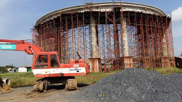 Công trình cổng chào của dự án 5 Sao Eco-city của Tập đoàn Quốc tế Năm Sao đang được xây dựng. Dự án nằm cách khu 5 Sao 20ha khoảng 200m.