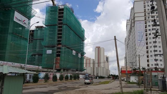 Khu tái định cư Bình Khánh có sức chứa hơn 12.000 người. Đây là dự án khu tái định cư lớn nhất của Tp.HCM cho đến thời điểm hiện tại. Thành phố cũng đang cần nguồn vốn rất lớn để đầu tư cho khu đô thị này, như chi cho bồi thường giải phóng mặt bằng đối với các trường hợp còn lại; đầu tư cơ sở hạ tầng; xây dựng quỹ nhà thuộc Chương trình 12.500 căn hộ phục vụ tái định cư .