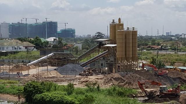 Một dự án căn hộ dọc bờ sông đang được xây dựng.