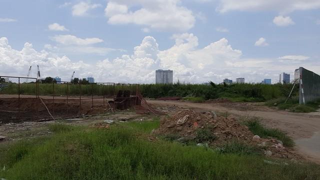Một nhánh của tuyến R2 đang được thi công. Nằm sát con đường này là siêu dự án Thành phố Đế Vương có tổng vốn đầu tư 1,2 tỷ USD sẽ được khởi công xây dựng trong thời gian tới.