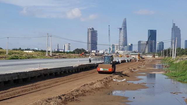 Tuyến R2 nằm gần cầu Thủ Thiêm 1 đang được thi công phần mặt đường. Tuyến đường này đang là được thi công gấp rút và dần thành hình sớm nhất so với các công trình còn lại.