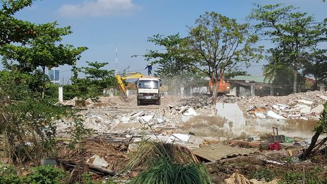 Thực hiện san lấp mặt bằng phần diện tích đất của nhiều hộ dân đã di dời giải tỏa. Tuy nhiên, ngay khu vực này, vẫn còn một số hộ dân sinh sống bình thường.