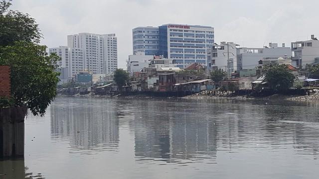 Tại TP.HCM vẫn còn hơn 20.000 hộ dân sống trên và ven kênh rạch, hàng ngàn hộ dân sống trong các chung cư cũ nát. Chính vì thế, Đại hội Đảng bộ TPHCM lần thứ X đã đề ra chương trình đột phá chỉnh trang đô thị.