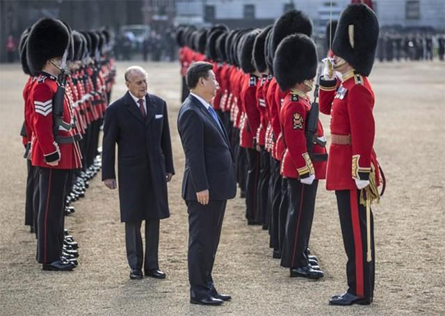Ông Tập Cận Bình và thân vương Philip, phu quân của nữ hoàng Anh, duyệt đội danh dự trong lễ đón chính thức tại London ngày 20/10 - Ảnh: Reuters.