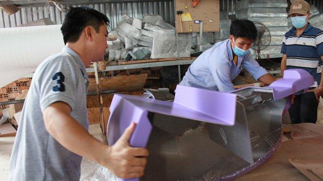 Cần thêm những hỗ trợ từ các cơ quan quản lý để giúp doanh nghiệp, người dân mạnh dạn bỏ vốn làm ăn. Trong ảnh: sản xuất linh kiện ôtô tại Công ty nhựa Sao Việt (Vĩnh Long) - Ảnh: Đ.Dân