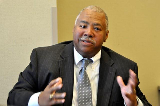 Ông Raymond E Jones phát biểu tại buổi làm việc