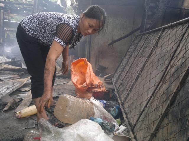 Bà Lê Thị Hạnh, chủ kiốt kinh doanh tại chợ Bộng đang gom những hàng còn sót lại - Ảnh: Thanh Trúc
