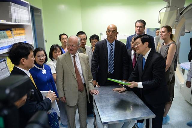 Chủ tịch nước Trương Tấn Sang cùng các đại biểu tham quan phòng kỹ thuật  tại Viện Tim, TP.HCM - Ảnh: Hữu Khoa