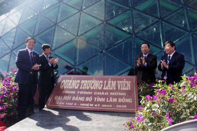 Lãnh đạo UBND tỉnh Lâm Đồng chúc mừng lễ gắn biển công trình quảng trường Lâm Viên sáng 10-10 - Ảnh: C.Thành