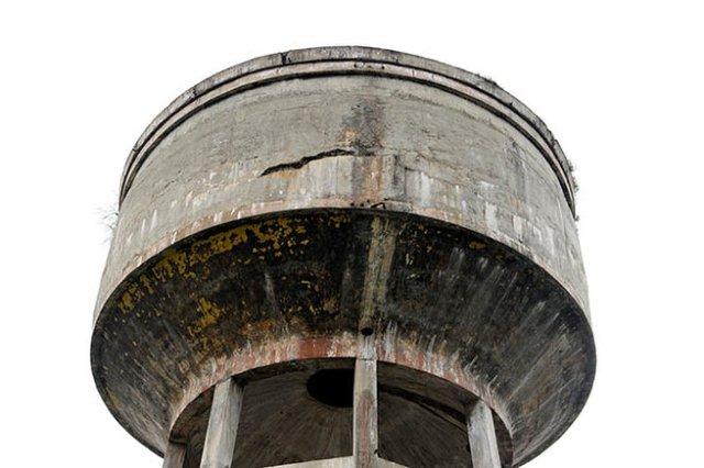Nhiều miếng bê tông bị nứt tại thủy đài trên đường Tô Ký, Q.12, TP.HCM - Ảnh: Hữu Khoa