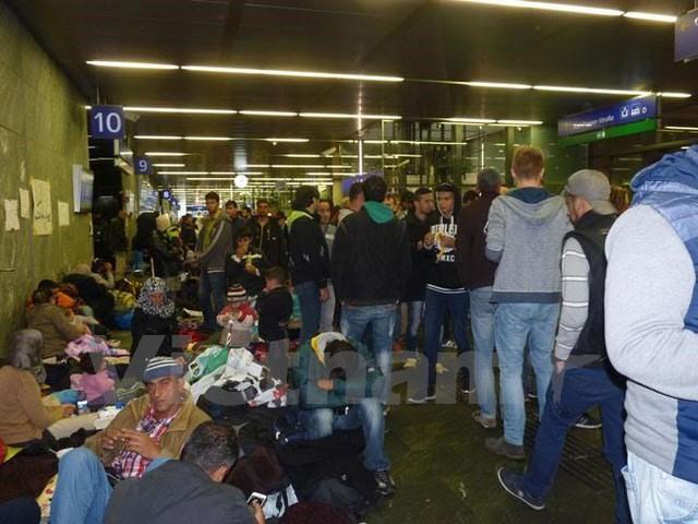 Hàng ngày, dòng người tị nạn không ngớt đổ về ga trung tâm Hauptbahnhof ở Vienna. (Ảnh: Nguyễn Thị Bích Yến/Vietnam+)