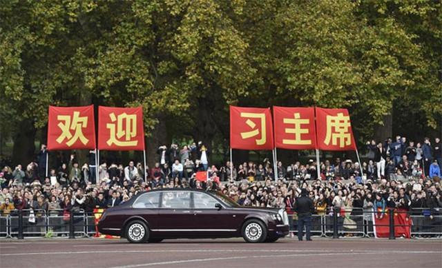 Xe chở Chủ tịch Trung Quốc Tập Cận tới lễ đón chính thức ở London ngày 20/10 - Ảnh: Reuters.